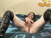 Mature slut playing on her bed